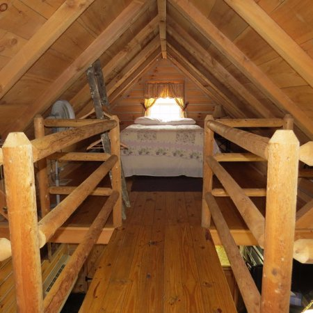Timber Ridge Outpost & Cabins: Hickory Hollow log cabin loft with queen bed