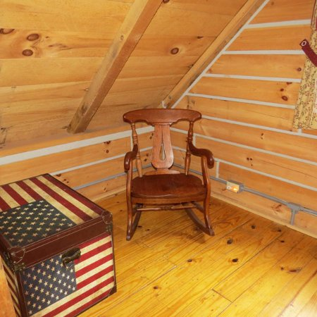 Timber Ridge Outpost & Cabins: Hickory Hollow log cabin reading nook