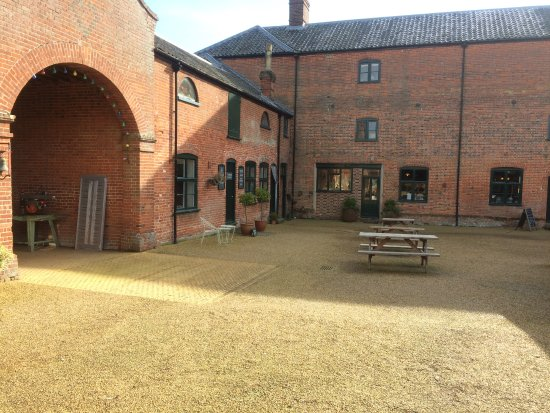 Bungay, UK: Tea Rooms Court Yard, there are table under cover as well