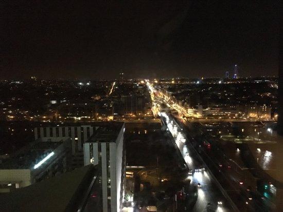 La Defense, France: bar du 19eme superbe vue sur l entree de Paris