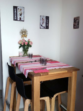 Lunel, Frankrike: mange debout intérieur