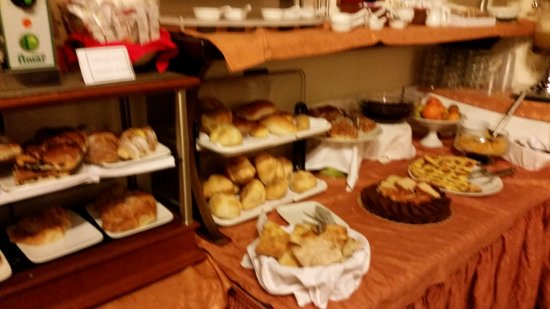 Pantheon Inn: Pastry selection at breakfast