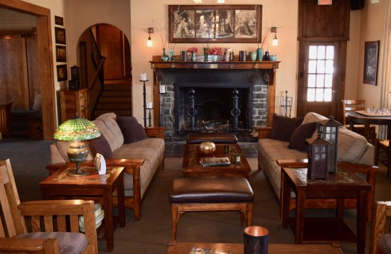 Hawley, Pensilvanya: Fireplace and couches