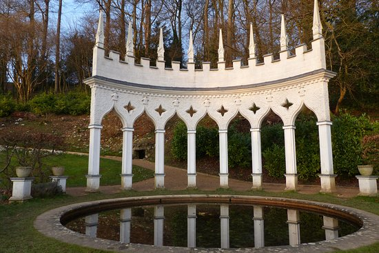 Painswick, UK: Exedra reflecting in pool
