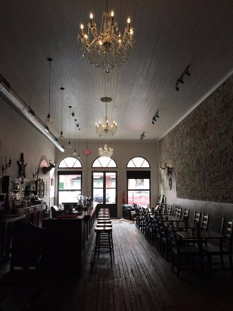 Lockhart, TX: Chandeliers, rock wall, wood floors & ceilings!  Wonderful bartender.