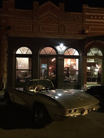 Lockhart, Τέξας: Night shot.  Parking out front for easy access.