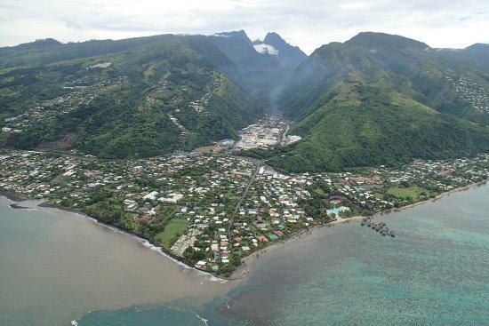 Tahiti-Helicopters: la Punaru et au fond Diadème et Orohena