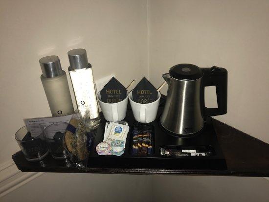 Hotel de la Porte Doree: Eau plat, eau pétillante, café, thé... Exclusive double