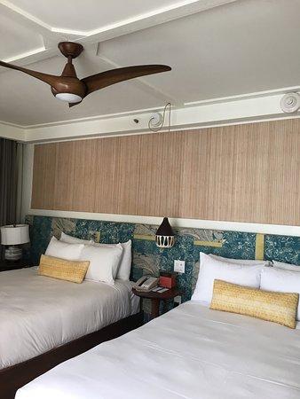 プールと部屋の内装の写真です。 バンガロータイプ、ダブルベッド×2です。