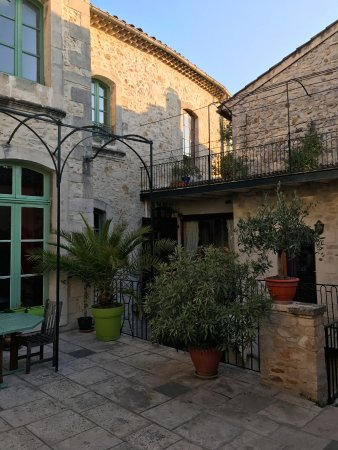 Bourg-Saint-Andeol, Frankrike: la terrasse dans la cour intérieure