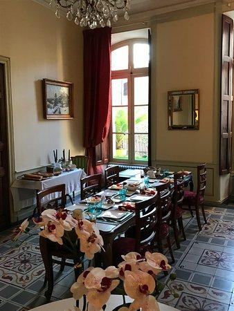 Bourg-Saint-Andeol, Frankrike: salle à manger du petit-déjeuner