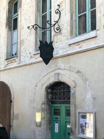 Bourg-Saint-Andeol, Frankrijk: la façade sur la rue: poussez la porte, vous ne le regretterez pas!