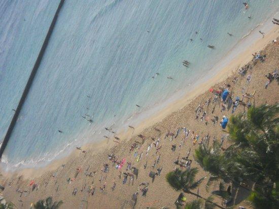 Waikiki Beach Marriott Resort & Spa: beach across the street