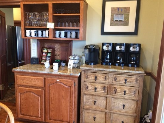 Youngberg Hill Vineyards & Inn: Coffee & tea area.