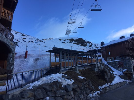 Residence Chalet Altitude : Steps down from the red run beside Val 2400
