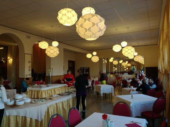 Hotel Salegg: L'ampia sala da pranzo, con grandi finestre che si aprono sulla valle.