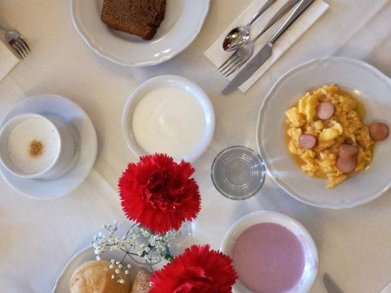 Hotel Salegg: Prima colazione ricca di piatti dolci e salati.