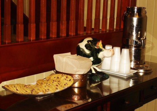 West Inn & Suites Carlsbad: Fresh Baked Cookies and Milk Nightly