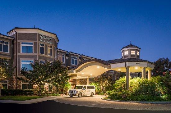West Inn & Suites Carlsbad: Hotel Exterior at Night