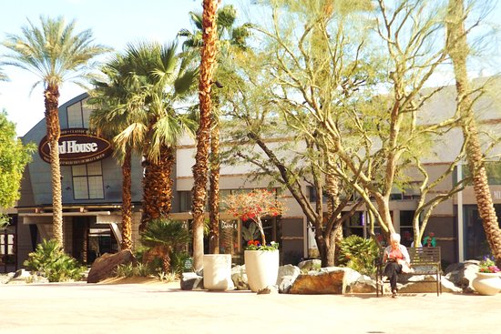 Rancho Mirage, CA: Large outdoor seating areas