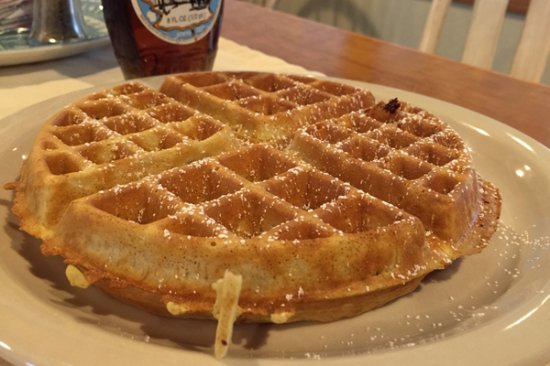 Egg Harbor, WI: Fresh Belgian waffles with local maple syrup every morning in the parlor.