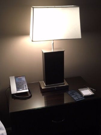 Hilton Alexandria Old Town: Picture of bedside lamp that has one electrical outlet on each side