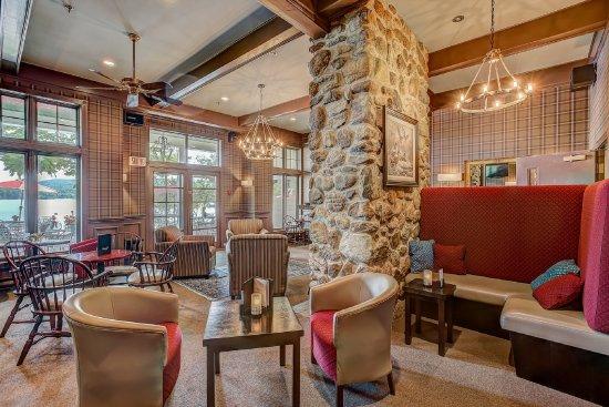 Ayer's Cliff, Canada: Le Riverain Lounge