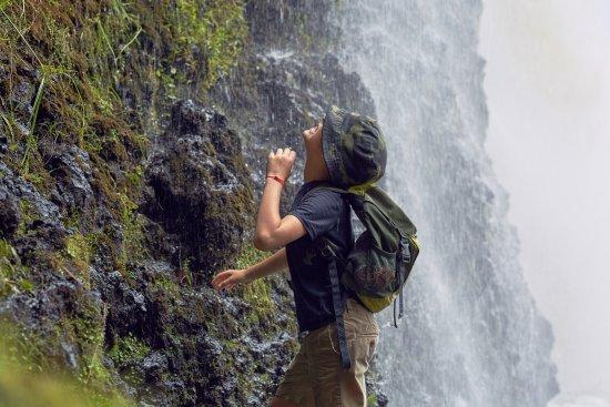 Auckland Region, นิวซีแลนด์: Под водопадом