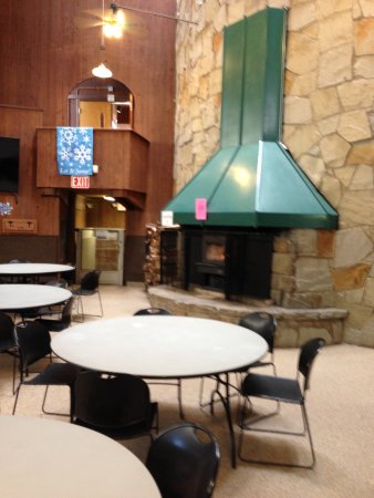 Strongsville, OH: Bottom Floor seating at the Chalet