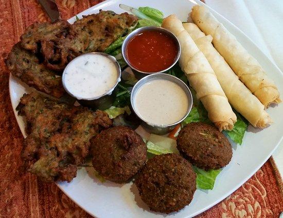 Clifton Park, Estado de Nueva York: Hot Medley of Zucchini Pancakes, Finger Rolls and Falafel with cucumber/tomato/tahini sauces.