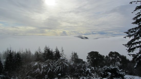Malahat, Canadá: View of the mountains shrouded in cloud