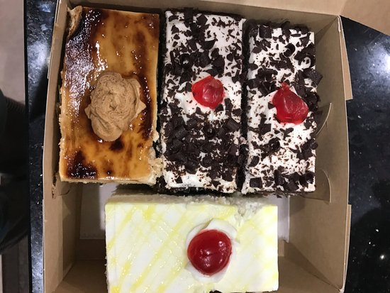 Cumming, Georgien: tiramisu, black forrest and pineapple pastries
