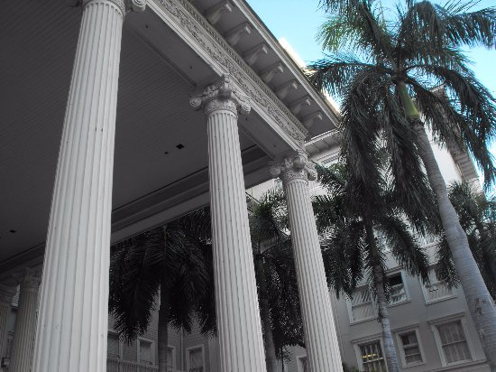 Moana Surfrider, A Westin Resort & Spa: The Main Entrance To The Hotel