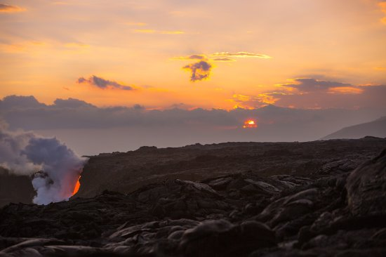ปาฮัว, ฮาวาย: Sunset with the lava flowing into the ocean.