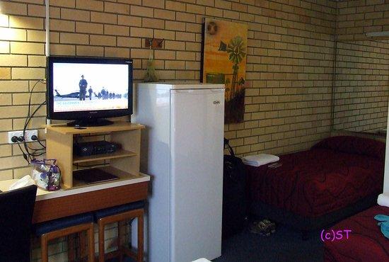 Nambour, Australia: Fridge and TV