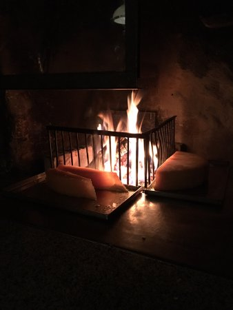 Gsteig, Швейцария: The raclette melting by the fire