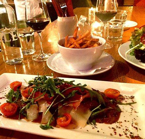 Tagliata vom Rindsentrecôte an Pfefferrahmsauce mit Rohschinken, Parmesan & Rucola. (Wochenspezi
