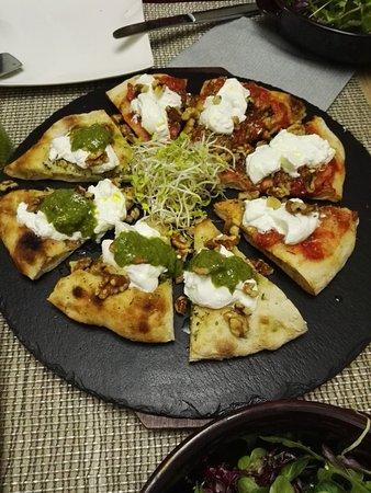 Rodengo Saiano, Italia: Pizza con noci, burrata a freddo, pesto da una parte e pomodoro dall'altra