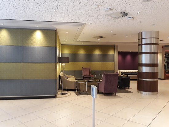 Garden Court Sandton City: Beautiful and very large lobby/reception area!