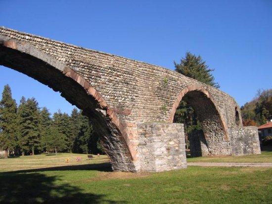 Dell'antico ponte medievale di Romagnano Sesia, che un tempo univa le sponde del Sesia
