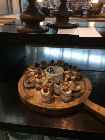 Hotel Skansen: Eftermiddagskaffe med et udsnit af kagebordet