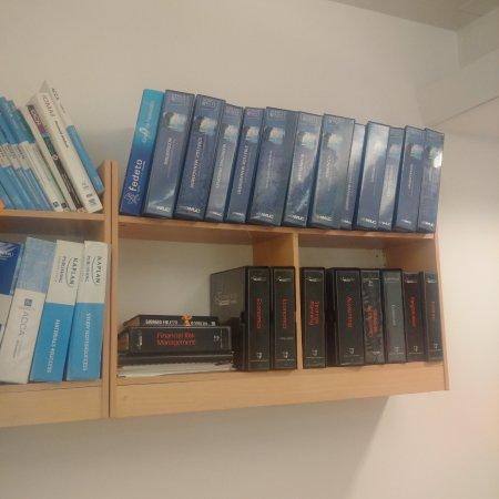 Bowden Court: Salle d'études avec beaucoup d'ouvrages d'universités anglaises disponibles