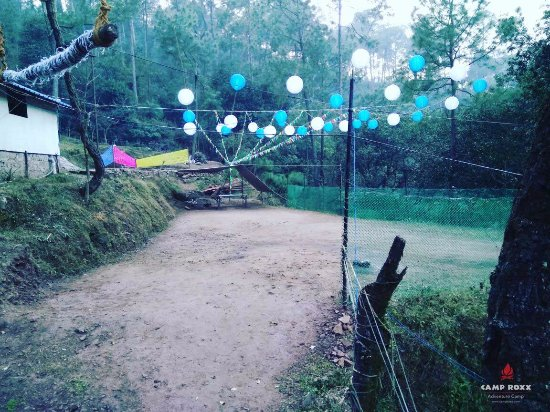 Sirmour, อินเดีย: The bonfire area at Camp Roxx is decked up with the all the right tools for a party in the hills
