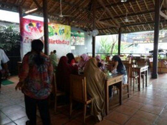 Kediri, Indonesia: ngrumpi makan