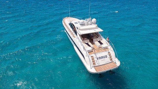 El Toro, Spanyol: Die Motoryacht Mangusta 80 ist nur eine von vielen attraktiven Charteryachten.