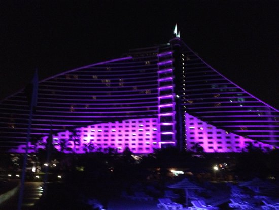 Jumeirah Beach Hotel: Beautiful in the evening as well.