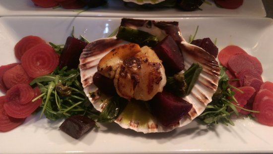 Cleckheaton, UK: Hand Dove Scallop with assiette of beetroot.