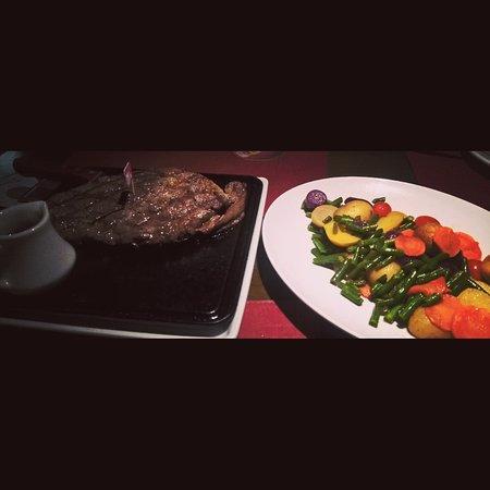 Sao Leopoldo, RS: Black angus com molho barbecue e legumes salteados em oliva.