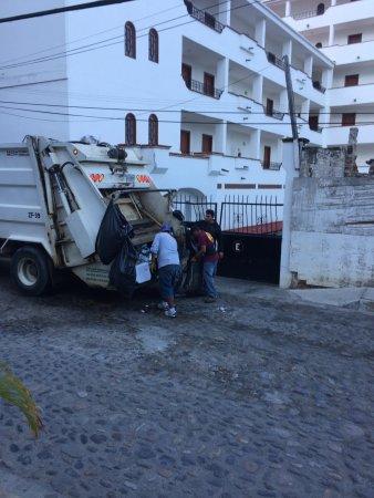 Tropicana Hotel: Noisy garbage men digging through Tropicana trash 7 am each morning
