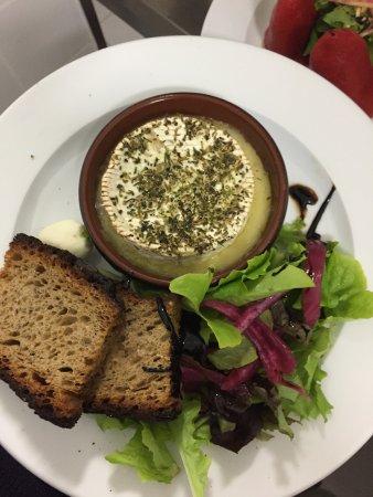 Gironde-sur-Dropt, Francia: camembert rôti pain frotte a l'ail